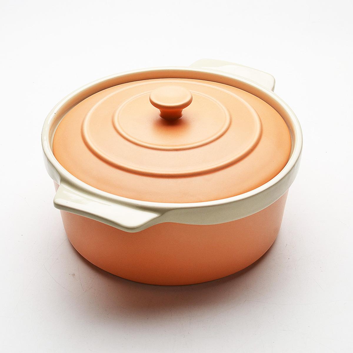 Жаровня Mayer & Boch с крышкой, цвет: оранжевый, бежевый, 2 л. 2178721787Жаровня Mayer & Boch, изготовленная из высококачественной керамики, подходит для любого вида пищи. Элегантный дизайн идеально подходит для современного дома. В комплект входит крышка из керамики. Пища, приготовленная в керамической посуде, сохраняет свои вкусовые качества, и благодаря экологической чистоте материала, не может нанести вред здоровью человека. Керамика - один из самых лучших материалов, который удерживает тепло, медленно и равномерно его распределяет. Максимальный нагрев - 400°С. С такой жаровней вы всегда сможете порадовать своих близких оригинальным блюдом. Жаровню можно использовать в духовом шкафу, в микроволновой печи, замораживать в холодильнике. Можно мыть в посудомоечной машине. Ширина жаровни (с учетом ручек): 25 см. Высота стенок: 7 см. Толщина стенок: 6-7 мм.