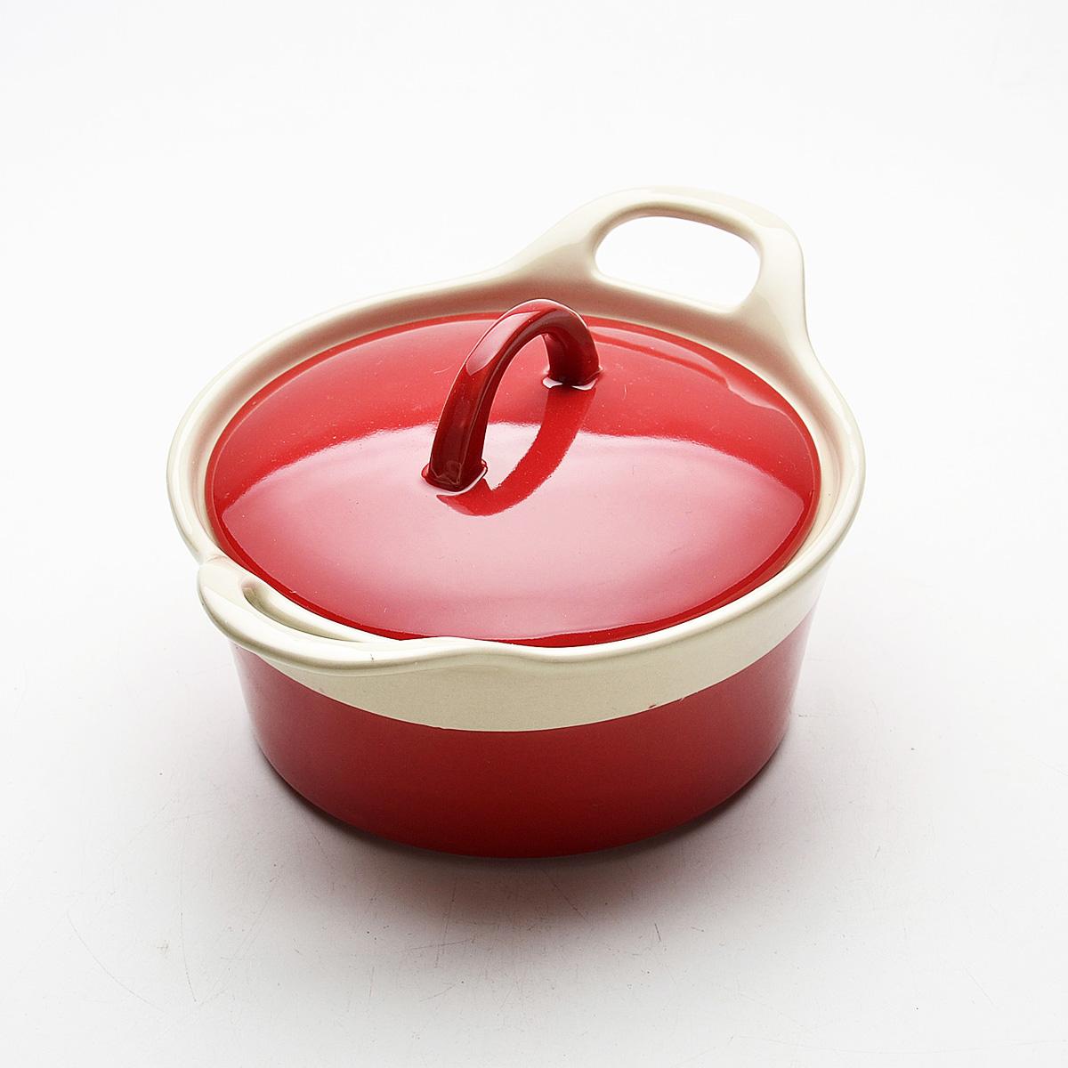 Жаровня Mayer & Boch с крышкой, цвет: красный, 680 мл21796Жаровня Mayer & Boch, изготовленная из жаропрочной керамики, подходит для любого вида пищи. Элегантный дизайн идеально подходит для современного дома. В комплект входит крышка из керамики. Глиняные ручки обеспечивают надежный захват. Изделия из керамики идеально подходят как для приготовления пищи, так и для подачи на стол. Материал не содержит свинца и кадмия. С такой жаровней вы всегда сможете порадовать своих близких оригинальным блюдом. Жаровню можно использовать на газовой, электрической плите, в духовом шкафу и в микроволновой печи, замораживать в холодильнике. Можно мыть в посудомоечной машине.