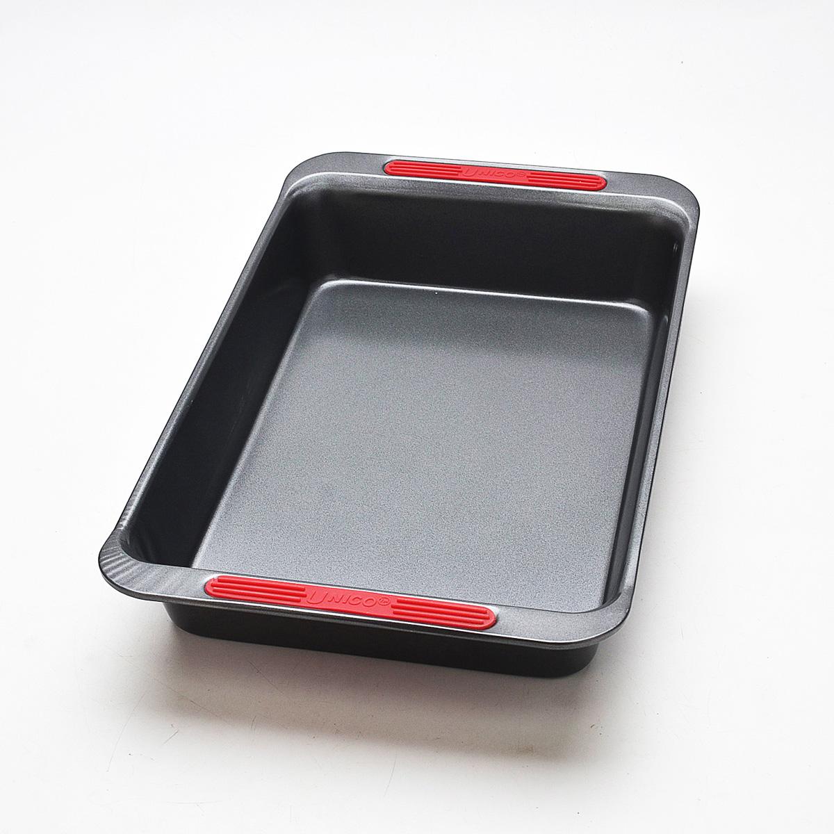Форма для запекания Mayer & Boch Unico, прямоугольная, с антипригарным покрытием, 41 х 25 х 6,5 см21915Прямоугольная форма для запекания Mayer & Boch Unico изготовлена из высококачественной углеродистой стали с антипригарным покрытием, которое отличается экологичностью и безопасно для здоровья человека. Пища не пригорает, не липнет к стенкам и легко вынимается из формы. После использования форма легко чистится. Удобные ручки оснащены силиконовыми вставками, что позволит не использовать прихватки. Простая в уходе и долговечная в использовании форма станет верным помощником в создании ваших кулинарных шедевров. Подходит для использования в духовом шкафу. Не подходит для СВЧ-печей. Не рекомендуется мыть в посудомоечной машине. Используйте только деревянные и пластиковые лопатки. Размер (с учетом ручек): 41 см х 25 см. Размер (без учета ручек): 36 см х 23 см. Высота стенок: 6,5 см.