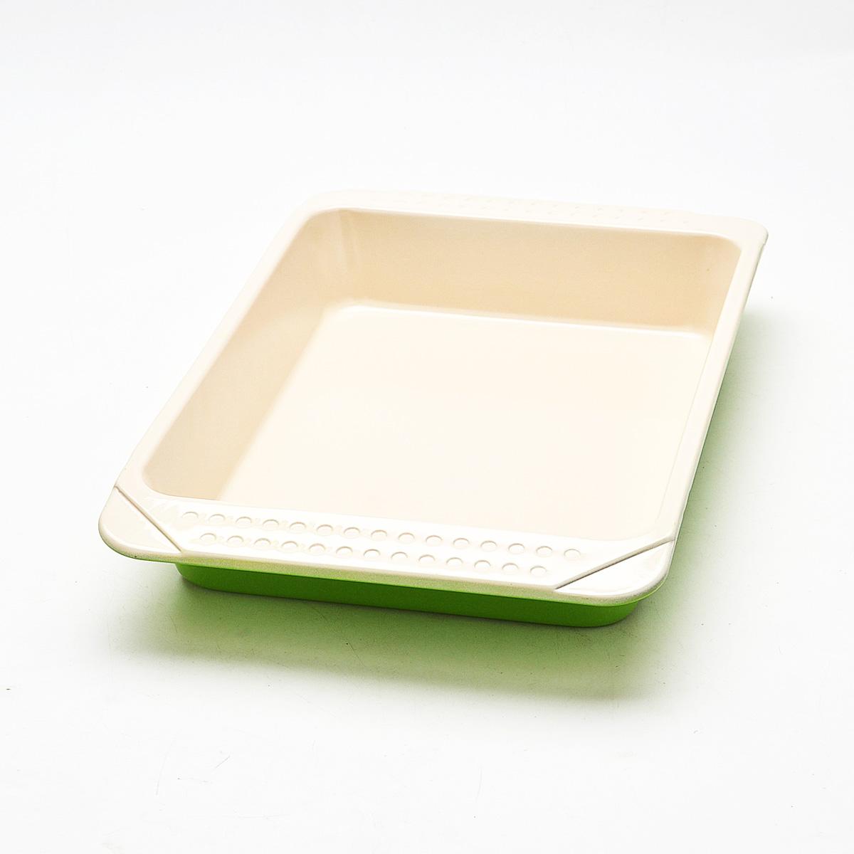 Противень Mayer & Boch, с керамическим покрытием, прямоугольный, цвет: зеленый, 41 см х 25 см х 6 см21997Противень Mayer & Boch изготовлен из высококачественной углеродистой стали с керамическим покрытием. Жаропрочное покрытие безопасно для человека, не содержит вредных примесей PFOA и PTFE. Простой в уходе и долговечный в использовании противень станет верным помощником в создании ваших кулинарных шедевров. Подходит для использования в духовом шкафу. Не подходит для СВЧ-печей. Не рекомендуется мыть в посудомоечной машине. Используйте только деревянные и пластиковые лопатки. Размер (с учетом ручек): 41 см х 27 см х 4,7 см. Размер (по внутреннему краю): 33 см х 23 см х 5,5 см. Высота стенок: 5,5 см.