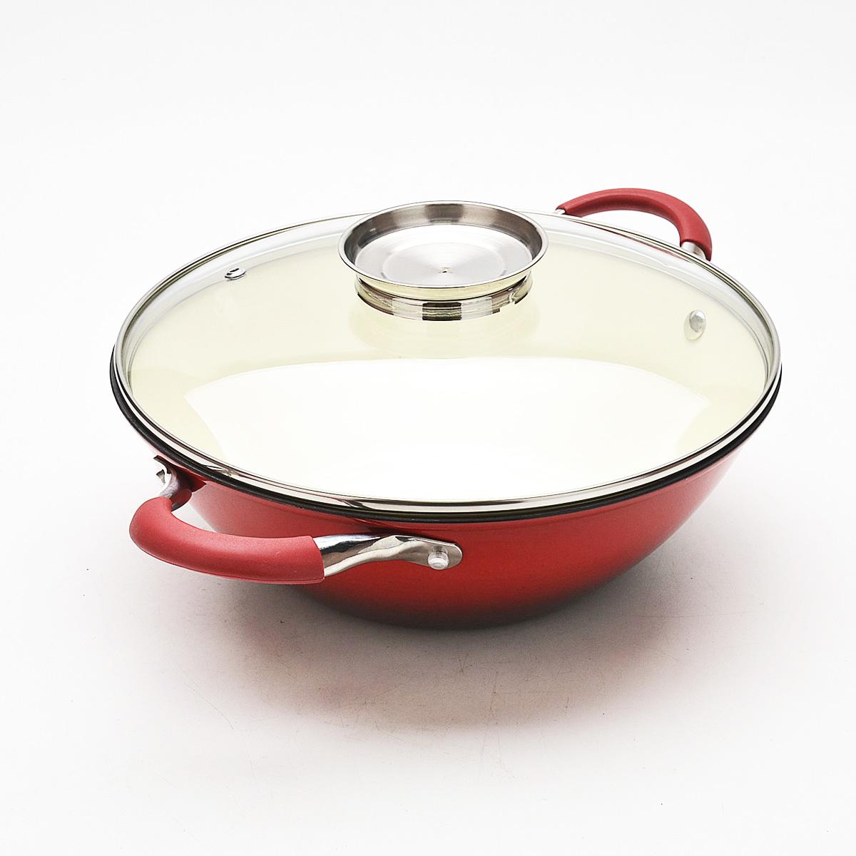Казан Mayer & Boch с крышкой, с эмалевым покрытием, цвет: красный, 5,6 л22177Казан Mayer & Boch, изготовленный из чугуна, идеально подходит для приготовления вкусных тушеных блюд. Он имеет внешнее и внутреннее эмалевое покрытие. Чугун является традиционным высокопрочным, экологически чистым материалом. Его главной особенностью является то, что эмаль наносится с внешней стороны изделия, а внутри - керамическое покрытие. Причем, чем дольше и чаще вы пользуетесь этой посудой, тем лучше становятся ее свойства. Высокая теплоемкость чугуна позволяет ему сильно нагреваться и медленно остывать, а это в свою очередь обеспечивает равномерное приготовление пищи. Чугун не вступает в какие-либо химические реакции с пищей в процессе приготовления и хранения, а плотное покрытие - безупречное препятствие для бактерий и запахов. Пища, приготовленная в чугунной посуде, благодаря экологической чистоте материала не может нанести вред здоровью человека. Казан оснащен двумя удобными ручками из нержавеющей стали с силиконовыми вставками. К казану...