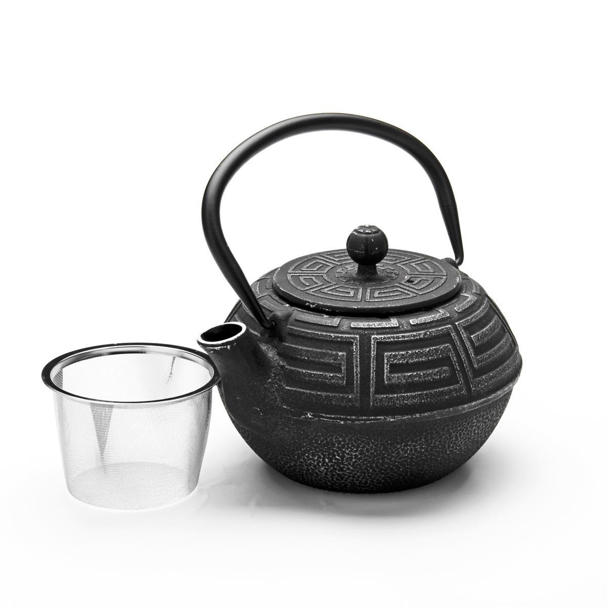 Чайник заварочный Mayer & Boch, чугунный, 1,5 л23697Чайник заварочный Mayer & Boch изготовлен из чугуна, внешние стенки оформлены изысканным рельефом. Чугун равномерно распределяет и сохраняет тепло, чугунный чайник может сохранить температуру чая до часа. Кремнийорганический термостойкий лак предотвращает появление ржавчины. Чайник оснащен прочной подвижной ручкой и съемным ситечком из нержавеющей стали. Чайник прекрасно подходит для сервировки стола. Диаметр чайника (по верхнему краю): 8,3 см. Высота стенки (без учета ручки): 9,5 см. Высота (с учетом ручки): 18 см. Высота ситечка: 6 см.