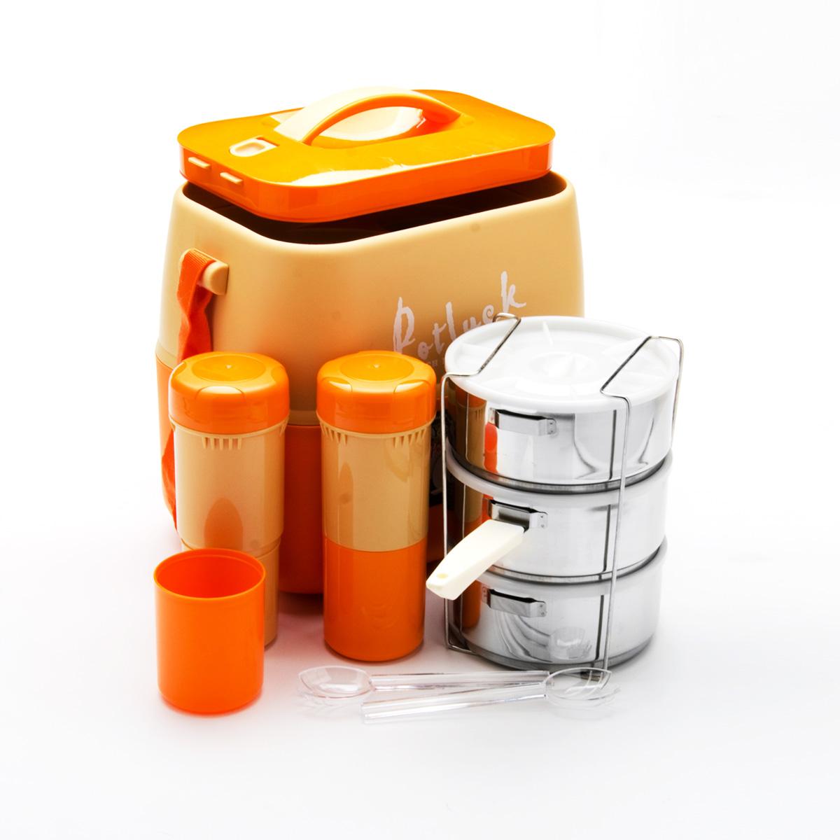 Термо-контейнер для продуктов Mayer & Boch, цвет: оранжевый, 3,6 л23728Термо-контейнер Mayer & Boch, изготовленный из полипропилена, станет незаменимой вещью для офисных работников, водителей, школьников и студентов. Благодаря двойной стенке и герметичной крышке термо-конейнер сохраняет температуру продуктов в течение 4-5 часов, поэтому вы сможете насладиться теплым обедом и вне дома. Изделие имеет абсолютно герметичную конструкцию. Контейнер идеален для пикников и путешествий. Вы можете носить в нем обеды и завтраки, супы, закуски, фрукты, овощи и другое. Термо-контейнер прекрасно подходит для горячей и холодной пищи. Для более удобной транспортировки изделие оснащено текстильным ремнем. В наборе - 3 стальных контейнера для пищи с пластиковыми крышками, металлическая подставка и съемная ручка для контейнеров, 2 пластиковые емкости для жидкости с крышками, 2 стакана, пластиковые ложка и вилка-ложка. Все предметы компактно и надежно складываются внутрь термо-контейнера. Объем термо-контейнера: 3,6 л. Размер...