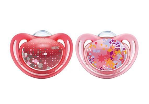 Пустышка силиконовая для сна NUK Freestyle, от 18 до 36 месяцев, ортодонтическая, цвет: розовый, 2 шт10 739 162_розКак и все соски NUK, они имеют клапанную систему NUK AIR SYSTEM - воздух выходит через специальное отверстие, благодаря чему пустышка остается мягкой и сохраняет свою форму, что предотвращает деформацию полости рта ребенка. Успокаивающая ортодонтическая соска-пустышка Trendline имитирует сосок матери в момент кормления грудью, и поэтому оптимально подходит по форме для ротовой полости младенца. Пустышка помогает удовлетворить естественную потребность в сосании, а также тренирует мышцы губ, языка и челюсти, что играет важную роль в развитии речи и способности пережевывать пищу. Специальный воздушный клапан пустышки освобождает воздух, и ее форма не деформируется, что сводит к минимуму риск образования неправильного прикуса. Загубник пустышки анатомической формы оснащен специальным вентиляционными отверстиями, а удобное колечко позволяет легко держать пустышку и малышу, и маме.