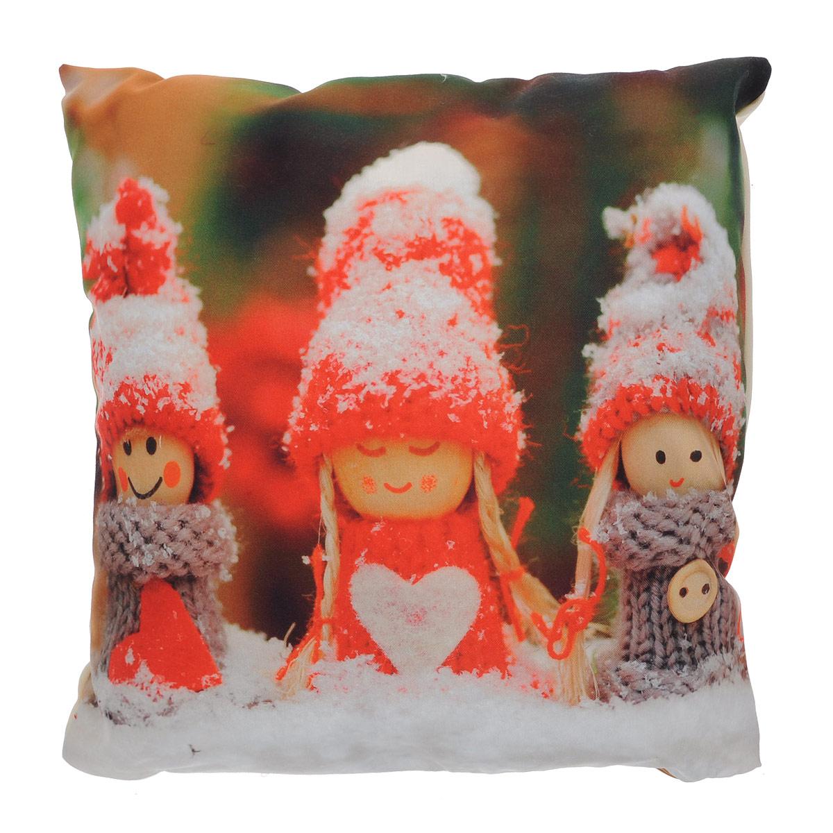 Подушка декоративная Garden Куклы, 45 х 45 смп w1822(1687)v535Декоративная подушка Garden Куклы прекрасно дополнит интерьер спальни или гостиной. Чехол подушки выполнен из полиэстера. Лицевая сторона украшена фотопечатью с изображением забавных кукол, сидящих на снегу. Оборотная сторона - бежевого цвета. Внутри - мягкий наполнитель. Чехол легко снимается благодаря потайной молнии. Красивая подушка создаст атмосферу праздника и уюта в спальне и станет прекрасным элементом декора.