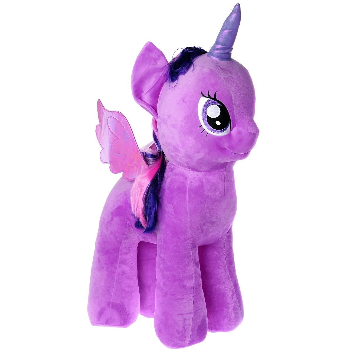 My Little Pony Мягкая игрушка Пони Twilight Sparkle, 76 см90216Мягкая игрушка Twilight Sparkle выполнена в виде очаровательной пони фиолетового цвета с длинным хвостом, гривой, волшебным рогом и переливающимися крылышками. Игрушка изготовлена из высококачественного текстильного материала с набивкой из синтепона. Грива и хвостик очаровательной пони выполнены из мягкого текстиля, их можно заплетать и расчесывать. Игрушка имеет специальные уплотнения в ногах, что позволяет ей стоять самостоятельно, без опоры. Как и все игрушки серии Beanie Buddy, она изготовлена вручную, с любовью и вниманием к деталям. Твайлайт Спаркл - главная героиня сериала, одаренная пони, которая приехала в Понивилль, чтобы найти друзей. Она так сильно любит читать, что даже живет в библиотеке. Удивительно мягкая игрушка принесет радость и подарит своему обладателю мгновения нежных объятий и приятных воспоминаний. Великолепное качество исполнения делают эту игрушку чудесным подарком к любому празднику.