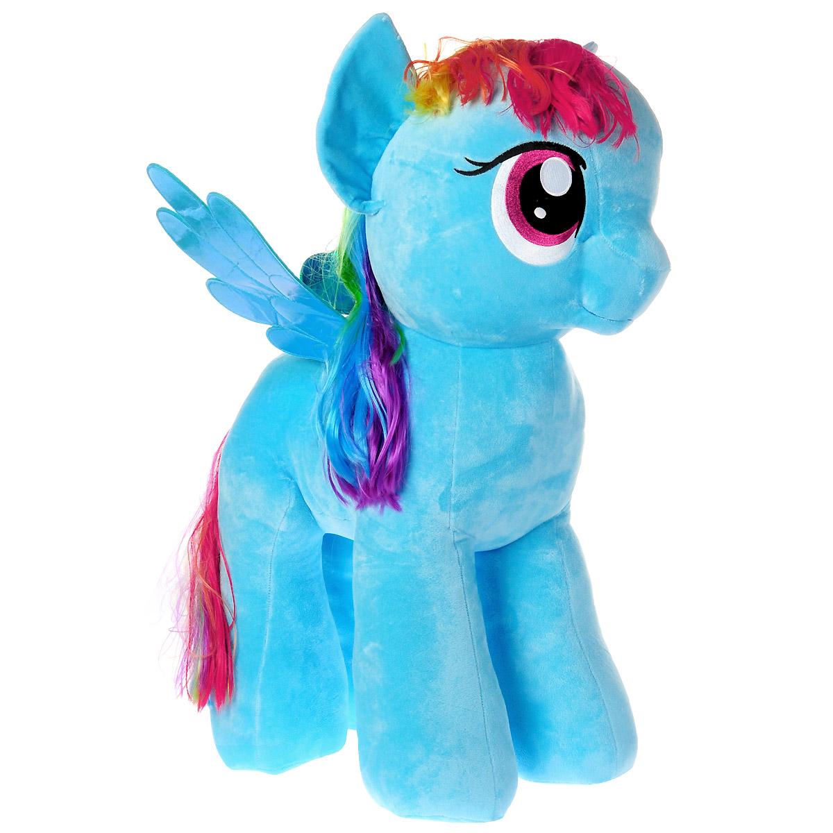 My Little Pony Мягкая игрушка Пони Rainbow Dash, 41 см90211Мягкая игрушка Rainbow Dash выполнена в виде очаровательной пони нежно-голубого цвета с длинным радужным хвостом, разноцветной гривой и переливающимися крылышками. Игрушка изготовлена из высококачественного текстильного материала с набивкой из синтепона. Грива и хвостик Рэйнбоу Дэш выполнены из мягкого текстиля, их можно заплетать и расчесывать. Игрушка имеет специальные уплотнения в ногах, что позволяет ей стоять самостоятельно, без опоры. Как и все игрушки серии Beanie Buddy, она изготовлена вручную, с любовью и вниманием к деталям. Рэйнбоу Дэш - очень смелая, целеустремленная пони, она не любит проигрывать, зато обожает победы, скорость, а больше всего на свете она любит летать. Хобби Рэйнбоу - это, естественно, полеты и ее работа - очищение неба и устройство погоды в Понивилле. Удивительно мягкая игрушка принесет радость и подарит своему обладателю мгновения нежных объятий и приятных воспоминаний. Специальные гранулы, используемые при ее набивке, способствуют...