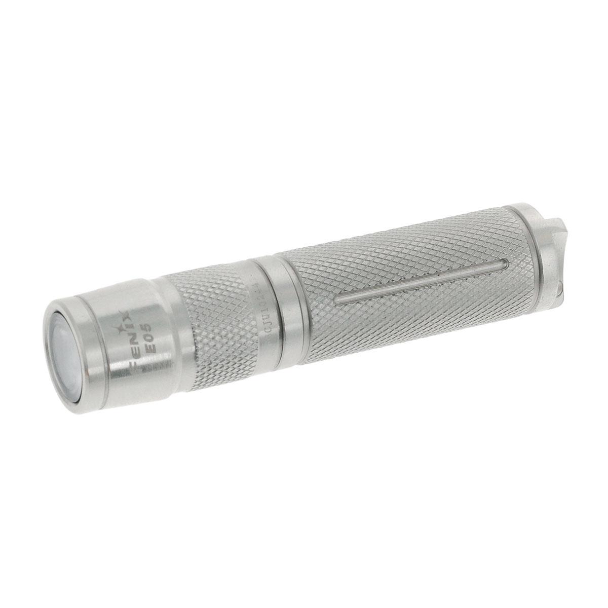 Фонарь Fenix E05 SSE05SSFenix E05 SS Cree XP-E2 LED — совсем крохотный фонарик с завидно широкими возможностями. Длина его корпуса — всего 66,5 мм, а диаметр — 15 мм. При этом устройство воспроизводит световой поток мощностью до 85 люмен. Производители заложили 3 уровня яркости, чтобы можно было выбрать наиболее подходящий условиям режим работы. Минимальный свет от этого фонаря 8 люмен, чего достаточно, чтобы освещать дорогу под ногами и отыскать на небольшом пространстве потерявшийся предмет. Режим среднего света достигает значения 25 люмен. Такой яркости достаточно для ориентирования в условиях туристического лагеря, использования фонаря в быту. Наиболее интенсивный свет в 85 люмен с дальностью луча 45 метров обеспечивает хорошую видимость в большинстве условий. Высокое качество света стало возможным для этого фонарика-брелока благодаря тому, что в его конструкции использован современный светодиод Cree XP-E2. К тому же, этот полупроводниковый прибор проработает более 50 000...
