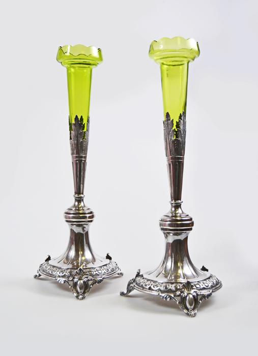 Парные вазы Солифлоры. Белый металл, зеленое опаловое стекло. Франция, 1838 год52134Роскошные парные вазы для цветов - солифлоры - станут изысканным акцентом в интерьере и великолепным подарком, который подчеркнет Ваш статус и безупречный вкус! Серебряные основания и стебли украшены тонким чеканным орнаментом. Благородный зеленый оттенок стекла ваз-вкладышей идеально подчеркивает красоту металла и добавляем изделию особенный утонченный шик. Парные вазы Солифлоры. Белый металл, зеленое опаловое стекло. Франция, 1838 год. Высота 37,5 см. Вес 746 гр. Сохранность коллекционная. Клеймо голова Минервы, повернутая вправо.