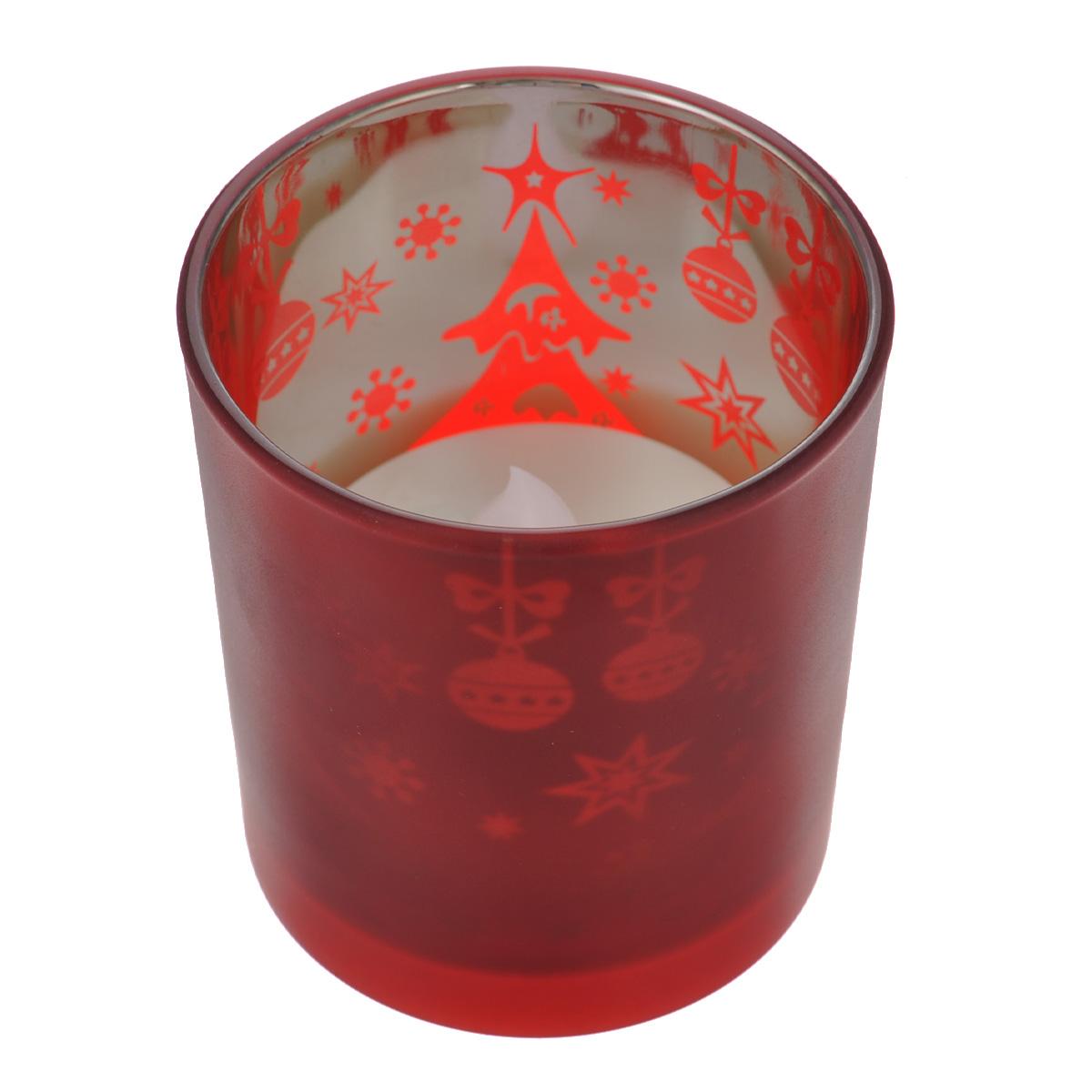 Свеча светодиодная Новый год, в стакане, цвет: красный5055398669907Свеча Новый год выполнена из высококачественного пластика и расположена в стеклянном стакане. Стакан декорирован новогодним рисунком. Особенностью свечи является наличие светодиодного устройства, благодаря которому она светится. Светодиоды расположены внутри корпуса и при включении свеча наполняется мягким светом, подсвечивая стакан изнутри. Приятный мерцающий свет создаст романтическое настроение. Из за использования светодиодного устройства отсутствует риск возгорания, свеча не оставляет восковых пятен. Продолжительный срок службы - 150 часов непрерывной работы до полной разрядки батареи. Свеча экологична, не выделяет запаха. Свеча работает от 2-х батареек ААА, напряжением 1.5V. Батарейки в комплект не входят. Диаметр стакана (по верхнему краю): 7 см. Высота стакана: 7,5 см. Размер свечи: 5,5 см х 5,5 см х 4,5 см.