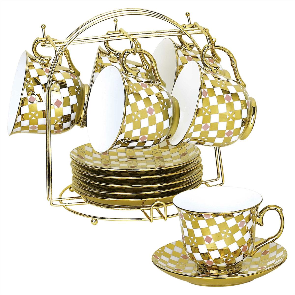 Набор чайный Bekker, 13 предметов. BK-5920 (8)BK-5920 (8)Чайный набор Bekker состоит из шести чашек и шести блюдец. Предметы набора изготовлены из высококачественного фарфора и украшены золотистой эмалью. Яркий орнамент в шахматном стиле придает набору изысканный внешний вид. В комплекте - металлическая хромированная подставка золотистого цвета с шестью крючками для подвешивания кружек и подставкой для блюдец. Чайный набор яркого и в тоже время лаконичного дизайна украсит интерьер кухни. Прекрасно подойдет как для торжественных случаев, так и для ежедневного использования. Подходит для мытья в посудомоечной машине. Объем чашки: 220 мл. Диаметр чашки (по верхнему краю): 9 см. Высота чашки: 7,5 см. Диаметр блюдца: 14 см. Размер подставки: 19 см х 19 см х 21 см.