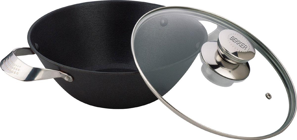 Котелок чугунный Bekker Koch с крышкой, с антипригарным покрытием, 4,3 л. BK-648BK-648Котелок Bekker Koch изготовлен из чугуна. Котелок идеально подходит для приготовления вкусных тушеных блюд. Котел оснащен двумя прочными ручками из нержавеющей стали. Крышка изготовлена из жаропрочного стекла и оснащена отверстием для выпуска пара и металлическим ободом. Такая крышка позволяет следить за процессом приготовления пищи без потери тепла. Она плотно прилегает к краю котла, сохраняя аромат блюд. Чугун является традиционным высокопрочным, экологически чистым материалом. Причем, чем дольше и чаще вы пользуетесь этой посудой, тем лучше становятся ее свойства. Высокая теплоемкость чугуна позволяет ему сильно нагреваться и медленно остывать, а это, в свою очередь, обеспечивает равномерное приготовление пищи. Чугун не вступает в какие-либо химические реакции с пищей в процессе приготовления и хранения, а плотное покрытие - безупречное препятствие для бактерий и запахов. Пища, приготовленная в чугунной посуде, благодаря экологической чистоте материала не может нанести вред...