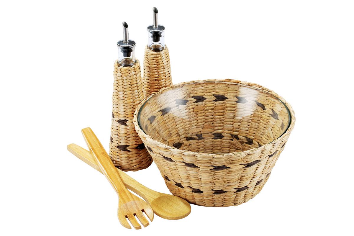 Набор для сервировки салата Bekker, 5 предметовBK-6700Набор Bekker содержит все необходимые аксессуары для сервировки салата. В набор входит: - стеклянный салатник в плетеной корзинке, - 2 стеклянные емкости для масла и уксуса в плетеных чехлах, - деревянная лопатка, - деревянная ложка. Корзинка и чехлы выполнены из рогожки. Набор прекрасно оформит обеденный стол и станет хорошим дополнением к коллекции вашей кухонной утвари. Набор подходит для чистки в посудомоечной машине. Объем салатника: 3 л. Диаметр салатника: 25 см. Высота стенки салатника: 12 см. Объем емкостей для масла/уксуса: 280 мл. Высота емкостей: 26 см. Диаметр основания емкостей: 7,5 см. Длина ложки/вилки: 25 см.