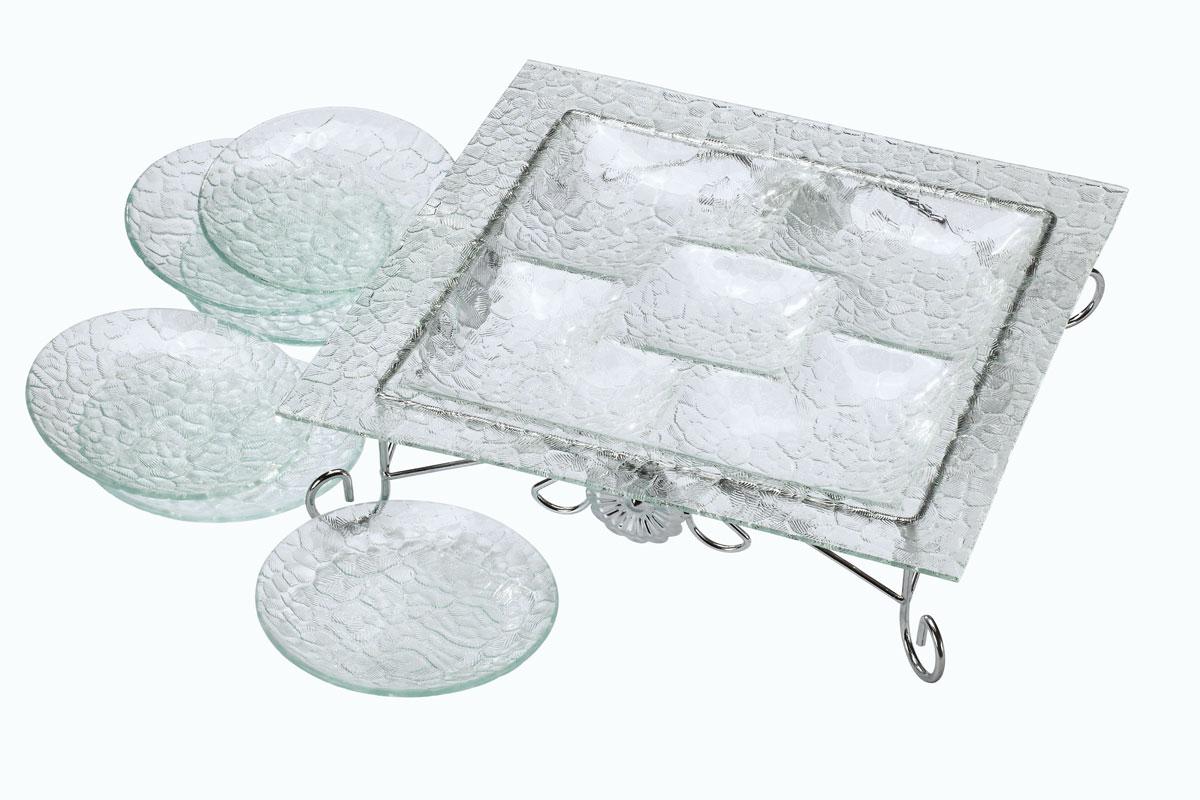 Набор столовый Bekker, 8 предметов. BK-6702BK-6702Набор Bekker состоит из менажницы на подставке и 6 тарелок. Изделия выполнены из высококачественного стекла и оформлены изысканным рельефом, который придает изделиям роскошный внешний вид. Менажница квадратной формы имеет 5 отделений для подачи различных закусок, соусов, салатов и т.д. Для менажницы предусмотрена металлическая подставка с хромированной поверхностью. Набор Bekker красиво оформит сервировку стола и станет хорошим дополнением к коллекции столовой посуды. Идеальный вариант для торжественных случаев. Подходит для чистки в посудомоечной машине. Размер менажницы: 36 см х 36 см. Высота менажницы (с подставкой): 9,5 см. Размер секции: 13 см х 13 см; 10 см х 10 см. Диаметр тарелки: 15 см.