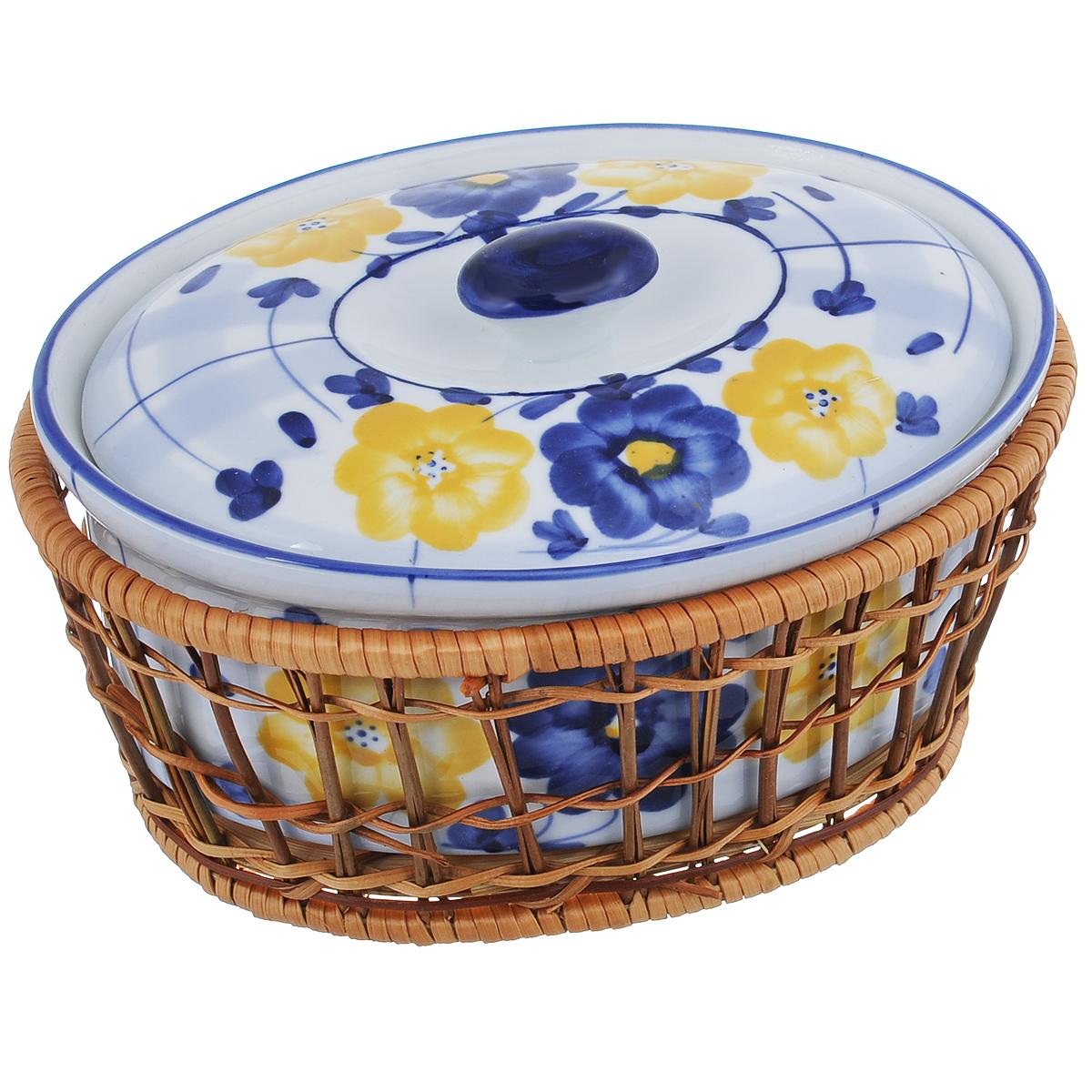 Кастрюля Loraine с крышкой, на подставке, 900 мл372Кастрюля Loraine, изготовленная из жаропрочной керамики, подходит для любого вида пищи. Элегантный дизайн идеально подходит для современного дома. В комплект входит крышка и плетеная корзина-подставка, изготовленная из ротанга. Изделия из керамики идеально подходят как для приготовления пищи, так и для подачи на стол. Материал не содержит свинца и кадмия. С такой кастрюлей вы всегда сможете порадовать своих близких оригинальным блюдом. Изделие можно использовать в духовке и холодильнике. Можно мыть в посудомоечной машине. Высота кастрюли (без учета крышки): 8 см. Толщина стенки: 4 мм. Толщина дна: 4 мм. Размер по верхнему краю: 19,5 см х 15 см. Размер основания: 16,5 см х 11,5 см. Размер корзинки: 20 см х 15 см х 8 см.