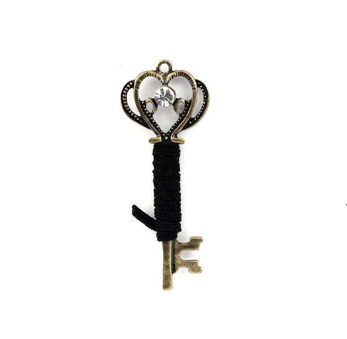 Подвеска винтажная RTO Волшебный ключ611341Винтажная подвеска RTO Волшебный ключ изготовлена из металла под бронзу. Подвеска в виде старинного ключика на вощеном шнуре инкрустирована белым стразом. Серия Vintage Collection представляет бижутерию, выполненную под старинную бронзу. Такие аксессуары создадут особое настроение и станут изюминкой вашего образа. Изделие также можно использовать для создания различных творческих работ. Размер подвески: 2,5 см х 7 см.