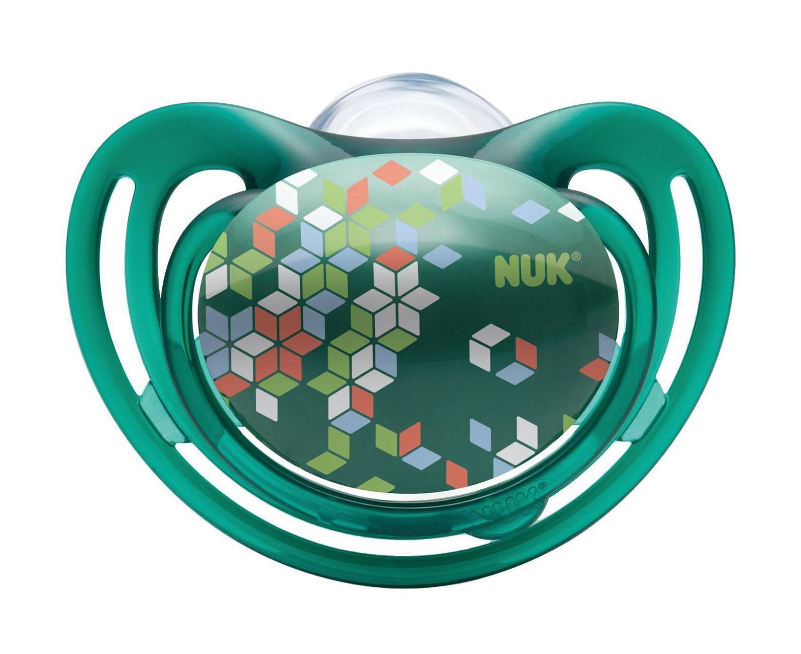 Пустышка силиконовая для сна NUK Freestyle, от 18 до 36 месяцев, ортодонтическая, цвет: зеленый, 2 шт10739162_зелКак и все соски Nuk , они имеют клапанную систему Nuk AIR SYSTEM - воздух выходит через специальное отверстие, благодаря чему пустышка остается мягкой и сохраняет свою форму, что предотвращает деформацию полости рта ребенка.