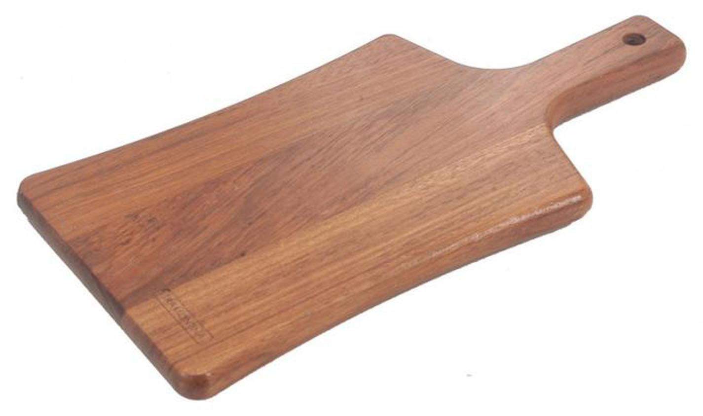Доска разделочная Tramontina Traditional с ручкой, 40 см х 21 см. 10031/070-TR10031/070-TRРазделочная доска Tramontina Tradicional изготовлена из высококачественной древесины Jatoba, имеет прямоугольную форму и оснащена удобной ручкой с отверстием для развешивания. Предназначена для разделки хлеба, мяса, рыбы, шинковки овощей. Доска имеет покрытие Microban, которое на 99% сокращает количество бактерий, грибков и плесени, но изделие при этом остается совершенно безопасным для здоровья человека. По многим критериям данная древесина превосходит дуб, очень устойчива и долговечна. Разделочная доска Tramontina Tradicional прекрасно подходит для приготовления и сервировки пищи. Не рекомендуется мыть в посудомоечной машине.