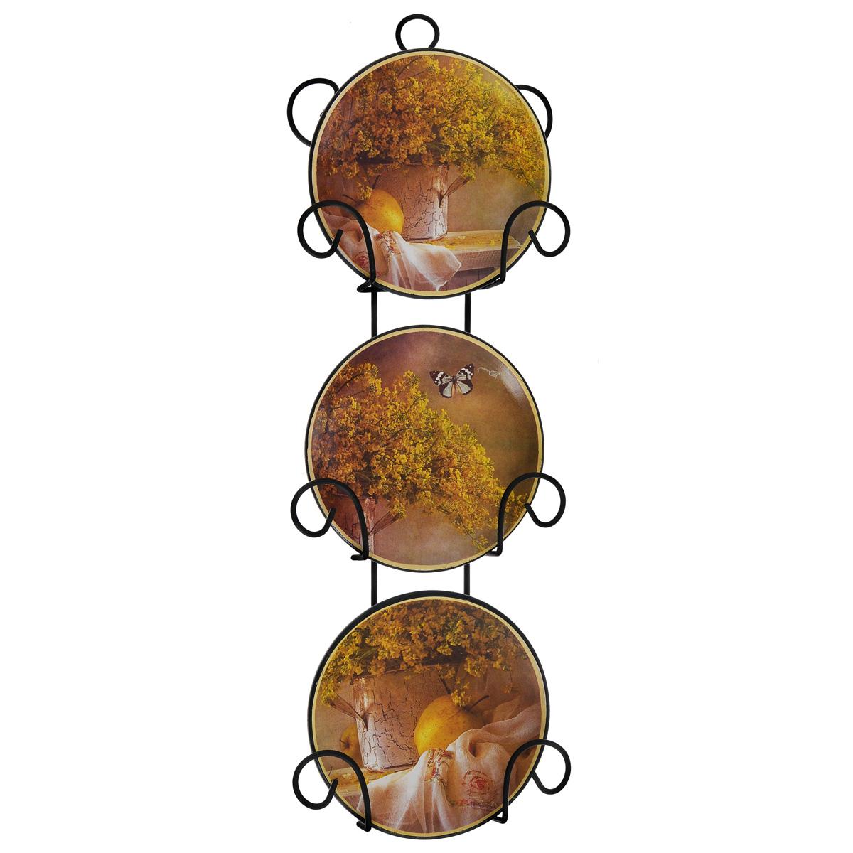 Набор декоративных тарелок Феникс-Презент, диаметр 10 см, 3 шт36263Набор из трех декоративных тарелок с ярким рисунком украсят практически любое ваше помещение, будь то кухня, столовая, гостиная, холл и будут являться необычным дизайнерским решением. Тарелки выполнены из доломитовой керамики, подставка в виде вертикальной этажерки, благодаря которой сувенир удобно и быстро крепится к стене, - из черного металла. Каждая тарелочка, декорированная изображениями свежей зелени и бабочки, помещается в отдельную нишу. Очаровательный набор декоративных тарелок - замечательный подарок друзьям и близким людям.