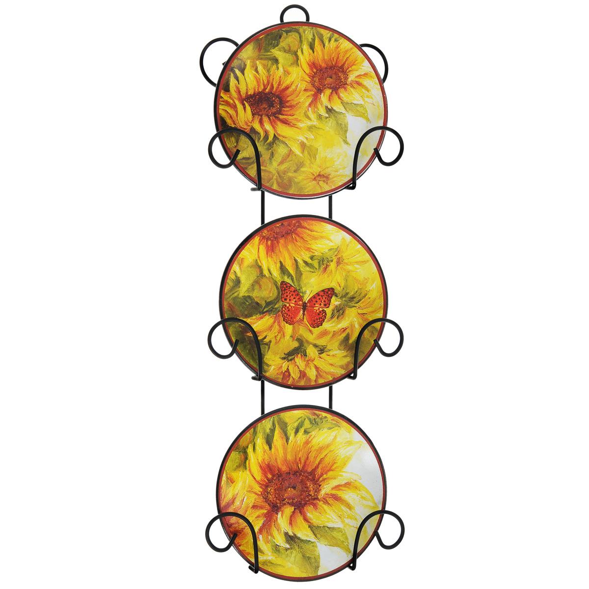 Набор декоративных тарелок Подсолнухи, диаметр 10 см, 3 шт36261Набор из трех декоративных тарелок с ярким рисунком украсят практически любое ваше помещение, будь то кухня, столовая, гостиная, холл и будут являться необычным дизайнерским решением. Тарелки выполнены из доломитовой керамики, подставка в виде вертикальной этажерки, благодаря которой сувенир удобно и быстро крепится к стене, - из черного металла. Каждая тарелочка, декорированная изображением подсолнухов, помещается в отдельную нишу. Очаровательный набор декоративных тарелок - замечательный подарок друзьям и близким людям.