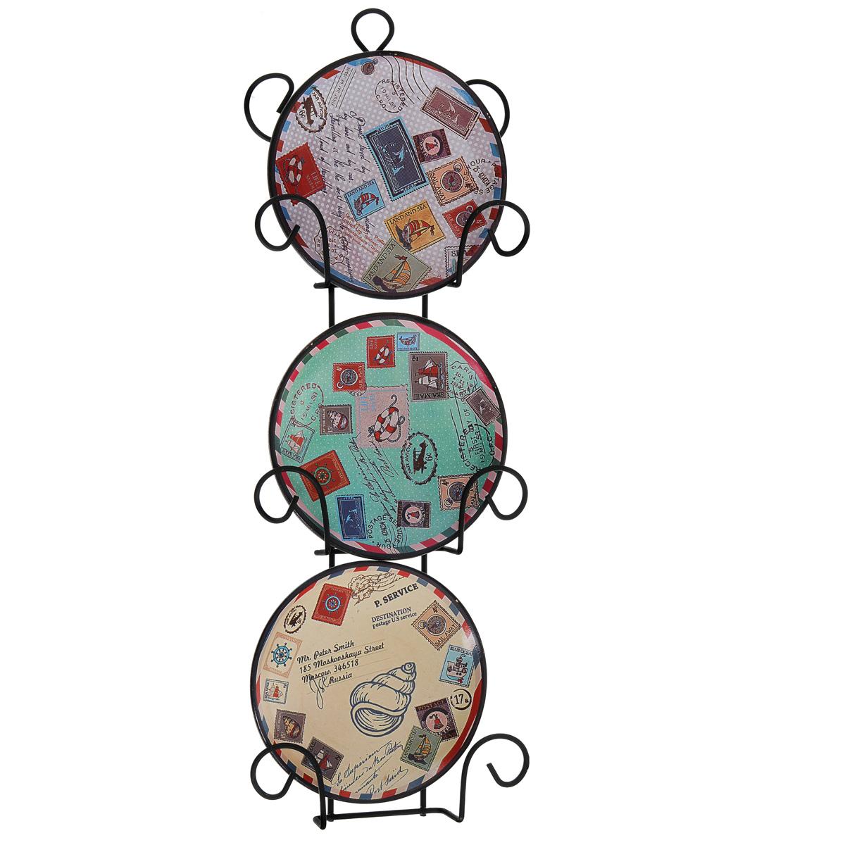 Набор декоративных тарелок Почта, диаметр 10 см, 3 шт36260Набор из трех декоративных тарелок с ярким рисунком украсят практически любое ваше помещение, будь то кухня, столовая, гостиная, холл и будут являться необычным дизайнерским решением. Тарелки выполнены из доломитовой керамики, подставка в виде вертикальной этажерки, благодаря которой сувенир удобно и быстро крепится к стене, - из черного металла. Каждая тарелочка, декорированная изображениями марок со всех сторон света, помещается в отдельную нишу. Очаровательный набор декоративных тарелок - замечательный подарок друзьям и близким людям.