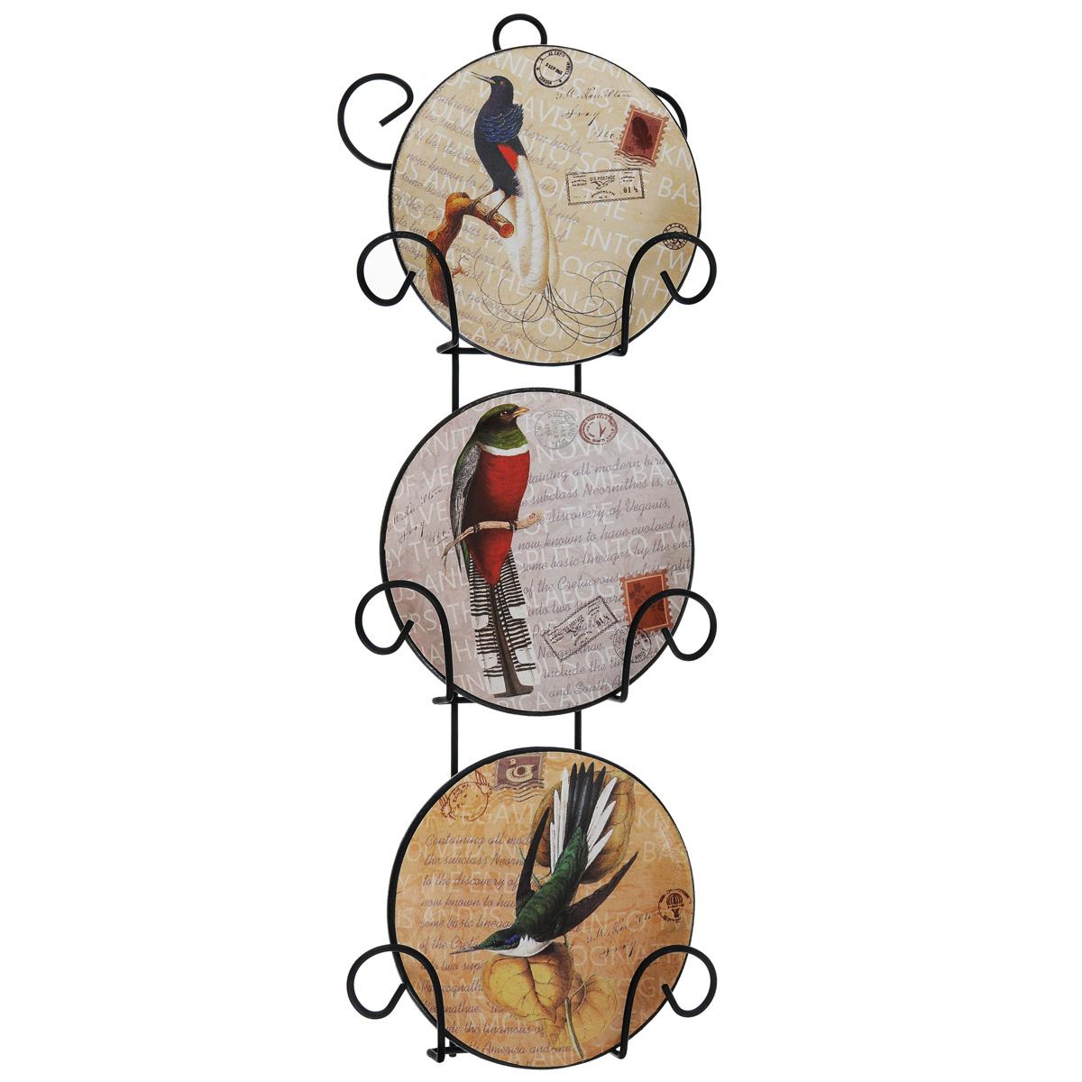 Набор декоративных тарелок Птицы, диаметр 10 см, 3 шт36255Набор из трех декоративных тарелок с ярким рисунком украсят практически любое ваше помещение, будь то кухня, столовая, гостиная, холл и будут являться необычным дизайнерским решением. Тарелки выполнены из доломитовой керамики, подставка в виде вертикальной этажерки, благодаря которой сувенир удобно и быстро крепится к стене, - из черного металла. Каждая тарелочка, декорированная изображениями экзотических птиц, помещается в отдельную нишу. Очаровательный набор декоративных тарелок - замечательный подарок друзьям и близким людям.