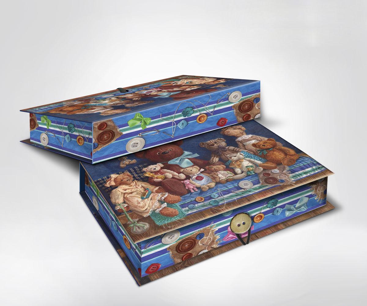 Подарочная коробка Мишки, 22 см х 16 см х 7 см36521Подарочная коробка Мишки выполнена из плотного картона. Крышка оформлена ярким изображением плюшевых медведей. Коробка закрывается на пуговицу. Подарочная коробка - это наилучшее решение, если вы хотите порадовать ваших близких и создать праздничное настроение, ведь подарок, преподнесенный в оригинальной упаковке, всегда будет самым эффектным и запоминающимся. Окружите близких людей вниманием и заботой, вручив презент в нарядном, праздничном оформлении.