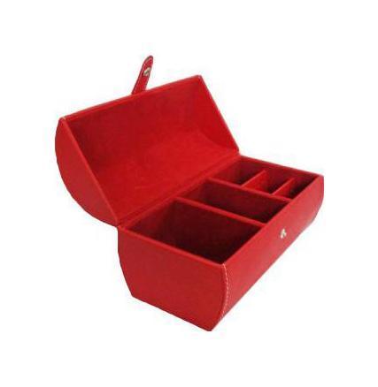 Шкатулка для ювелирных изделий, цвет: красный. 3317733177Шкатулка Феникс 33177 для хранения ювелирных украшений не оставит равнодушной ни одну любительницу изысканных вещей. Она выполнена в виде сундучка и обладает пятью отделениями. Внутренняя отделка шкатулки из искусственной замши.