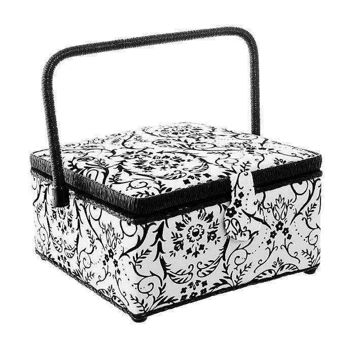 Шкатулка для рукоделия Prym Black & White, цвет: черный, белый612455Шкатулка для рукоделия Prym Black & White, квадратной формы, обтянута со всех сторон шелковой белой тканью с черными бархатными завитками, оснащена плетенной жесткой ручкой. Внутри обтянута черной тканью и имеет пластиковый лоток с разделениями для хранения мелочей, который при желании можно снять. На крышке, с внутренней стороны есть два кармашка и игольница. Шкатулка закрывается на крепкую магнитную кнопку. Шкатулка Prym Black & Whiteочень удобна в использовании, и к тому же станет украшением вашего домашнего интерьера!