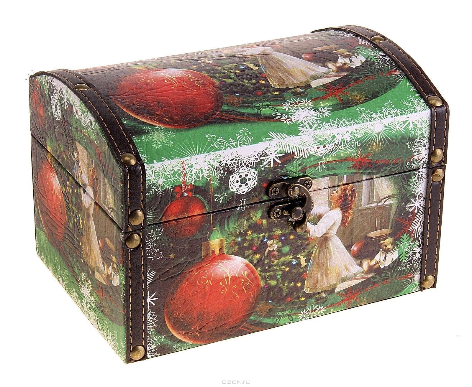Шкатулка Украшение ёлки, 20 х 13 х 14,5 см680123Шкатулка Украшение елки изготовлена из дерева. Оригинальное оформление шкатулки, несомненно, привлечет внимание. Поверхность ее состоит из кожзама и декорирована новогодней фотографией. Шкатулка закрывается на крепкий металлический замочек. Такая шкатулка может использоваться для хранения бижутерии, в качестве украшения интерьера, а также послужит хорошим подарком для человека, ценящего практичные и оригинальные вещицы.