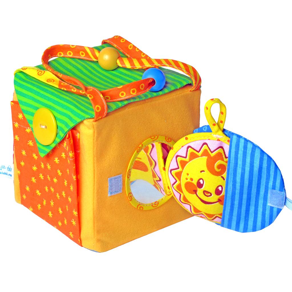 Развивающая игрушка Прятки272Развивающая игрушка Прятки поможет малышу осваивать разнообразные виды застежек: пуговицу, липучку, кнопку, завязки, молнию. Упражняясь с этим кубиком, ребенок будет легко справляться с застежками на своей одежде, становясь все более самостоятельным. Под каждой застежкой в кубике расположен кармашек, куда можно спрятать веселое мягкое солнышко или любые свои маленькие сокровища. Будет очень весело отыскать какие-нибудь секретики среди множества кармашков. Под круглым клапаном-кармашком размещено безопасное зеркальце. Удобные ручки позволят взять кубик с собой на прогулку в качестве симпатичной сумочки. Красочные разнофактурные ткани, застежки, подвижные деревянные шарики на ручках, звуковой элемент мягкого солнышка способствуют формированию мелкой моторики ребенка, обогащению опыта тактильных ощущений, цветовосприятию, развитию цветовых анализаторов. Правильно организованная игра с кубиком способствует развитию логического мышления малыша.