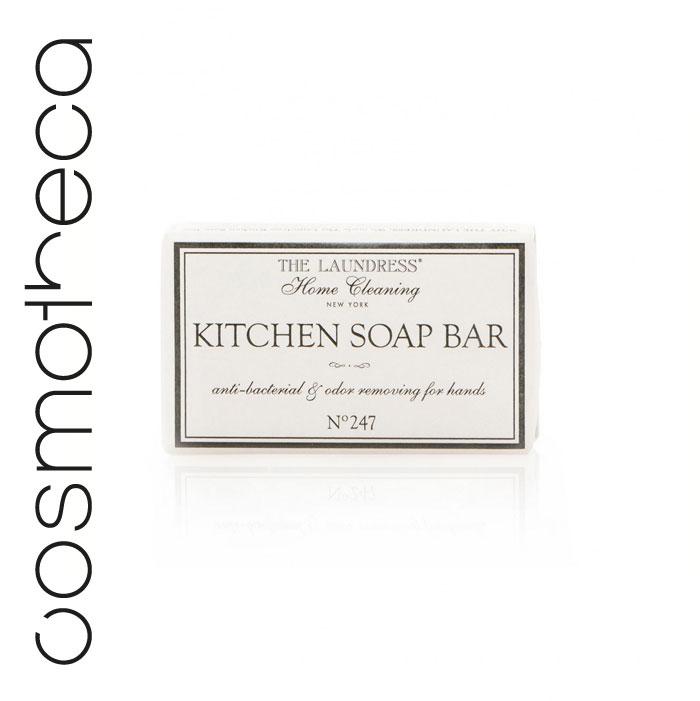 Мыло кухонное The Laundress Kitchen Soap Bar, 125 гLNDRH08Натуральное антибактериальное мыло The Laundress Kitchen Soap Bar прекрасно отмывает руки, увлажняет кожу и устраняет неприятный запах после приготовления пищи. Мыло отлично подходит для мытья разделочных досок. Мыло имеет приятный аромат № 247. Мыло The Laundress Kitchen Soap Bar станет вам незаменимым на кухне. Состав: 100% vegetable soap with organic oatmeal, wheat bran, apricot seed, coffee bean, white tea leaves, coconut, shea and coco butters, olive oil and buttermilk. Товар сертифицирован.