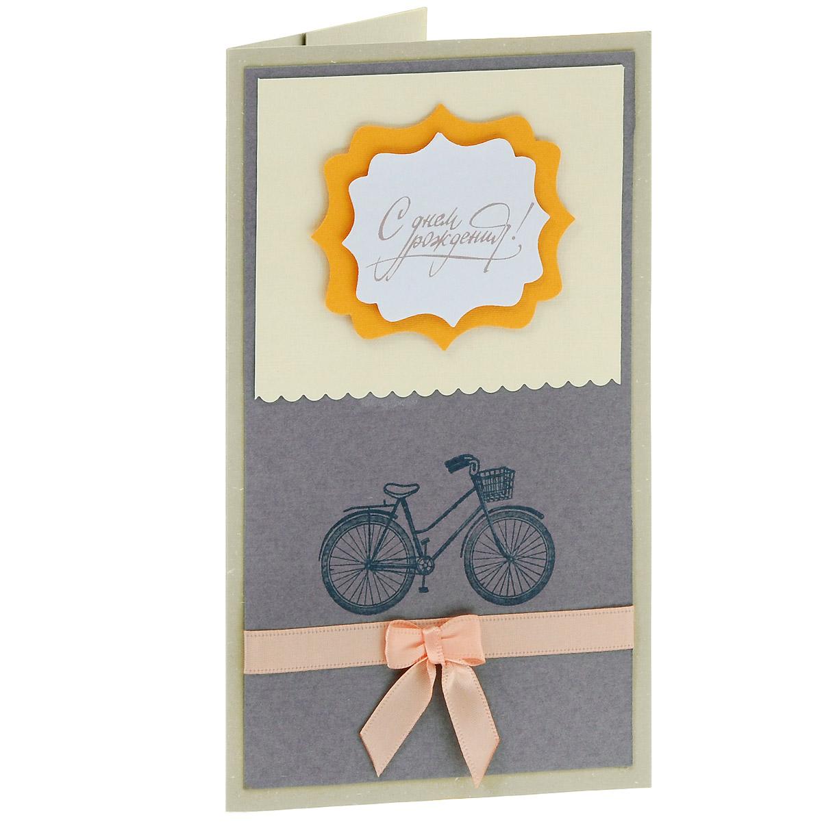 ОЖ-0023 Открытка-конверт «С Днём Рождения!» (велосипед, серо-персиковая). Студия «Тётя Роза»Винтажные открытки №97Характеристики: Размер 19 см x 11 см. Материал: Высоко-художественный картон, бумага, декор. Данная открытка может стать как прекрасным дополнением к вашему подарку, так и самостоятельным подарком. Так как открытка является и конвертом, в который вы можете вложить ваш денежный подарок или просто написать ваши пожелания на вкладыше. Сдержанная, но очень стильная открытка выполнена в благородных серо-охристых тонах. Центральная надпись располагается на изящной фигурной табличке, послойно поднимающейся над общим фоном лицевой части. Милый персиковый бант из атласной ленты завершает композицию. Также открытка упакована в пакетик для сохранности. Обращаем Ваше внимание на то, что открытка может незначительно отличаться от представленной на фото.