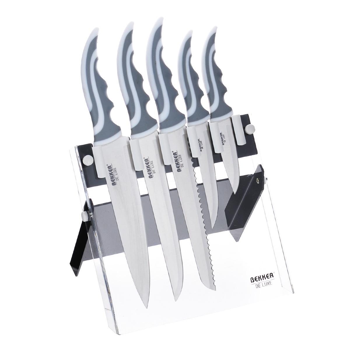 Набор ножей Bekker De Luxe, 6 предметов. BK-8431BK-8431Набор Bekker De Luxe состоит из 5 ножей (нож поварской, нож для тонкой нарезки, нож для резки хлеба, нож универсальный и нож для очистки) и подставки. Лезвия ножей выполнены из высококачественной нержавеющей стали. Сталь устойчива к коррозии, отличается прочностью и отсутствием вредных соединений при контакте с продуктами. Режущая кромка лезвий устойчива к притуплению. Рукоятки эргономичной формы выполнены из прорезиненного пластика. В набор входит: - Поварской нож. Имеет тяжелую ручку, толстое, широкое и длинное лезвие с центрированным острием. Все это позволяет рубить овощи, зелень, резать мороженое мясо, рыбу и птицу. - Нож для резки хлеба. Нож имеет широкое клиновидное лезвие с зазубренной заточкой. Подходит для различной выпечки и хлебобулочных изделий. - Нож для тонкой нарезки. Нож с длинным, нешироким, но достаточно толстым лезвием. Используется для нарезки сырого и вареного мяса, разделки курицы, рыбы. Им легко нарезать арбуз, дыню. -...