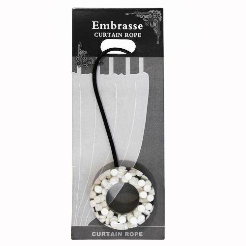Подхват-магнит для органзы Embrasse, цвет: белый. 7706113_80017706113_8001Клипса-магнит Embrasse, изготовленная из пластика и кожи, предназначена для придания формы шторам. Изделие представляет собой два магнита, расположенные на разных концах кожаного шнурка. С одной стороны магнит оформлен декоративным кольцом. С помощью такой магнитной клипсы можно зафиксировать портьеры, придать им требуемое положение, сделать складки симметричными или приблизить портьеры, скрепить их. Клипсы для штор являются универсальным изделием, которое превосходно подойдет как для штор в детской комнате, так и для штор в гостиной. Следует отметить, что клипсы для штор выполняют не только практическую функцию, но также являются одной из основных деталей декора этого изделия, которая придает шторам восхитительный, стильный внешний вид. Материал: пластик, кожа, магнит. Диаметр кольца: 5,5 см. Диаметр магнита: 2 см. Длина ленты: 28 см.