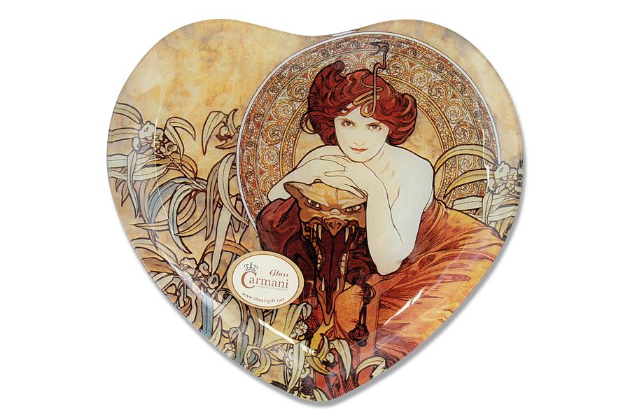 Тарелка Carmani Изумруд, 25 см х 23 смCAR198-2701-ALТарелка Carmani Изумруд в форме сердца изготовлена из высококачественного стекла. Изделие оформлено рисунком по мотивам картины Альфонса Муха Изумруд. Такая тарелка изысканно оформит сервировку стола и подчеркнет ваш безупречный вкус. Стеклянные тарелки и карманные зеркала с изображением прекрасных дам с полотен известных художников выпускаются ограниченным тиражом и имеют коллекционную ценность. Наличие индивидуальной подарочной упаковки у каждого предмета делает продукцию Carmani отличным подарком, а также выгодно выделяет его. Не рекомендуется использовать в СВЧ и мыть в посудомоечной машине. Размер тарелки: 25 см х 23 см.