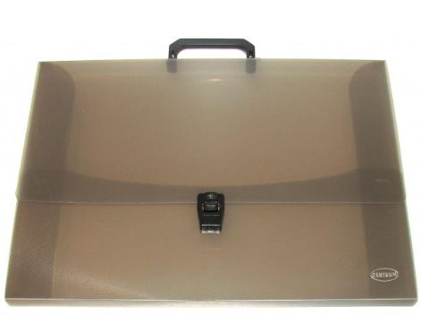 Портфель для художественных работ Centrum, с ручкой, цвет: черный, 7,5 см. Формат А380652ЧПортфель Centrum - это удобный и функциональный офисный инструмент, предназначенный для хранения и транспортировки рабочих бумаг и документов формата А3. Портфель изготовлен из износостойкого непрозрачного пластика, имеет перфорацию на клапане и обложке, что позволяет закреплять клапан лентой или шнурком. Внутри изделие имеет три клапана, что обеспечивает надежную фиксацию бумаг и документов. Портфель имеет опрятный и неброский вид, оформлена тиснением в виде параллельной штриховки. Портфель - это незаменимый атрибут для студента, школьника, офисного работника. Он превосходно подойдет для транспортировки эскизов и станет верным помощником для художников. Такой портфель надежно сохранит ваши документы и сбережет их от повреждений, пыли и влаги.