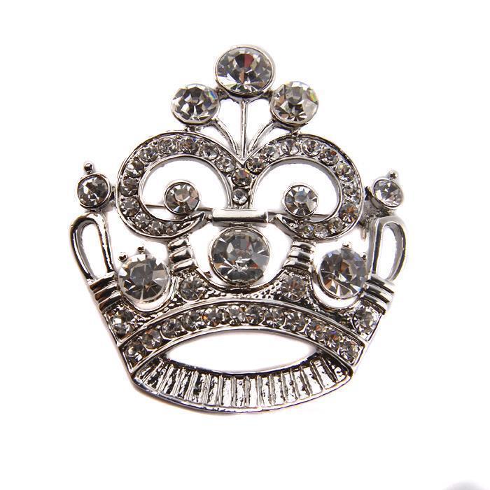 Брошь Серебряная корона. Металл, австрийские кристаллы. Конец XX векаfbl-101bБрошь Серебряная корона. Металл, австрийские кристаллы. Западная Европа, конец XX века. Длина 6 см, ширина 5,5 см. Сохранность хорошая. Брошь выполнена в форме короны. Изделие обильно инкрустировано австрийскими кристаллами. Серебряная корона гармонично впишется в Ваш образ.