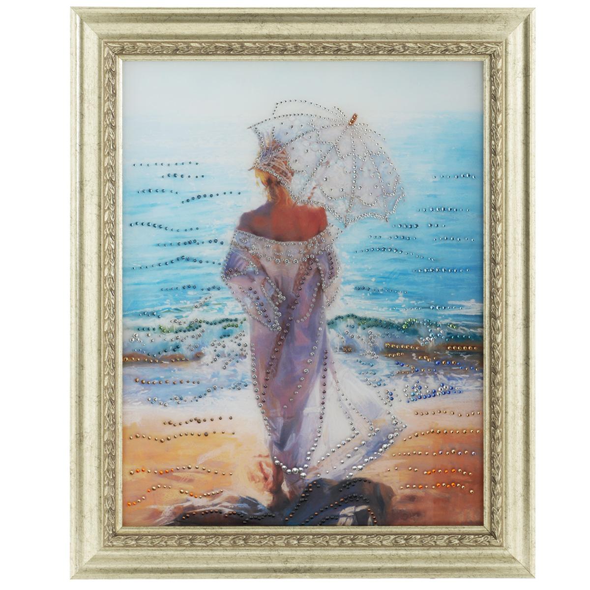 Картина с кристаллами Swarovski Влюбленная в море, 50 см х 60 см1071Изящная картина в багетной раме, инкрустирована кристаллами Swarovski, которые отличаются четкой и ровной огранкой, ярким блеском и чистотой цвета. Красочное изображение овечки, расположенное под стеклом, прекрасно дополняет блеск кристаллов. С обратной стороны имеется металлическая петелька для размещения картины на стене. Картина с кристаллами Swarovski Влюбленная в море элегантно украсит интерьер дома или офиса, а также станет прекрасным подарком, который обязательно понравится получателю. Блеск кристаллов в интерьере, что может быть сказочнее и удивительнее. Картина упакована в подарочную картонную коробку красного цвета и комплектуется сертификатом соответствия Swarovski.