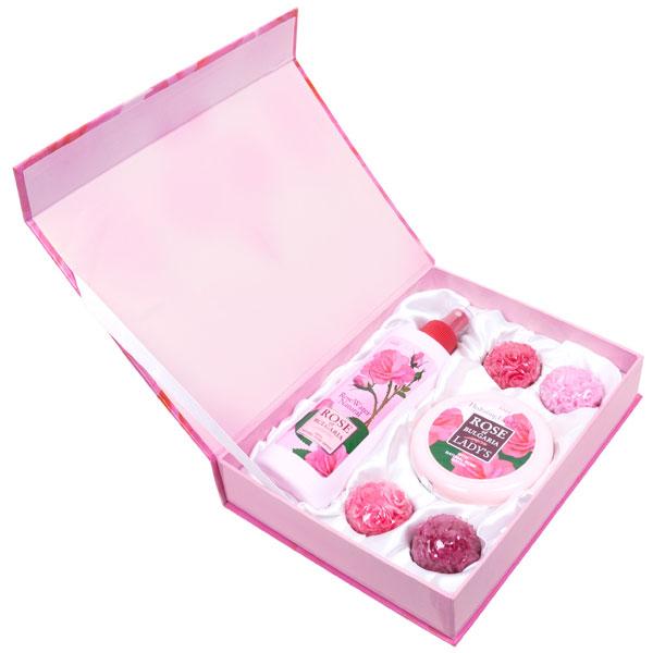 Rose of Bulgaria Подарочный набор № 1: натуральная розовая вода, 230 мл, натуральное мыло ручной работы «Роза», 4*30 г, крем для лица, 100 мл60534Если Вы хотите порадовать любимую женщину изысканным и запоминающимся подарком, а также заботитесь о своем здоровье и здоровье близкого человека, Вам следует обратить внимание на наши подарочные наборы косметики для женщин, специально созданные, чтобы радовать наших покупателей оригинальным дизайном и полезными свойствами продукции «Био Фреш». В состав набора Rose of Bulgaria входит: натуральная розовая вода с пульверизатором 230 мл; •крем для лица Rose of Bulgaria 100 мл; •мыло ручной работы 4Х30 гр.