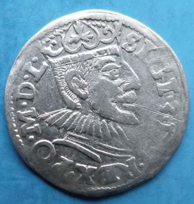 Монета 3 гроша (трояк), 1591 год. Польша. Сигизмунд IIIK421306Монета 3 гроша (трояк), 1591 год. Польша. Сигизмунд III. Ag. Диаметр 2,1 см. Аверс: в центре портрет короля Сигизмунда III, повернутый вправо, круговая легенда REX.PO.M.D.L.SIGI.3.D. Реверс: надпись в три строки GROS.ARG.TRIP.REG.POLONIA, ниже год 1591, литеры IF - монетный двор (?). Гербовые изображения Орел (герб Польши), Погоня (герб Литвы), между ними щит с геральдическим знаком Сноп (герб династии Ваза). Соотношение осей аверса и реверса: 9. Сохранность очень хорошая (VF). Красивая патина.