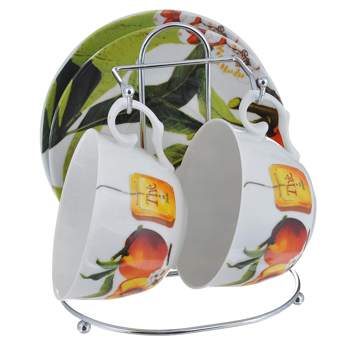 Набор чайный Larange Персик, 5 предметов586-261Чайный набор Персик состоит из двух чашек и двух блюдец. Предметы набора изготовлены из высококачественного фарфора и оформлены изображением персиков. Чашки и блюдца располагаются на удобной металлической подставке. Элегантный дизайн чайного набора придется по вкусу и ценителям классики, и тем, кто предпочитает утонченность и изысканность. Он настроит на позитивный лад и подарит хорошее настроение с самого утра. Не использовать в микроволновой печи. Не применять абразивные чистящие вещества.