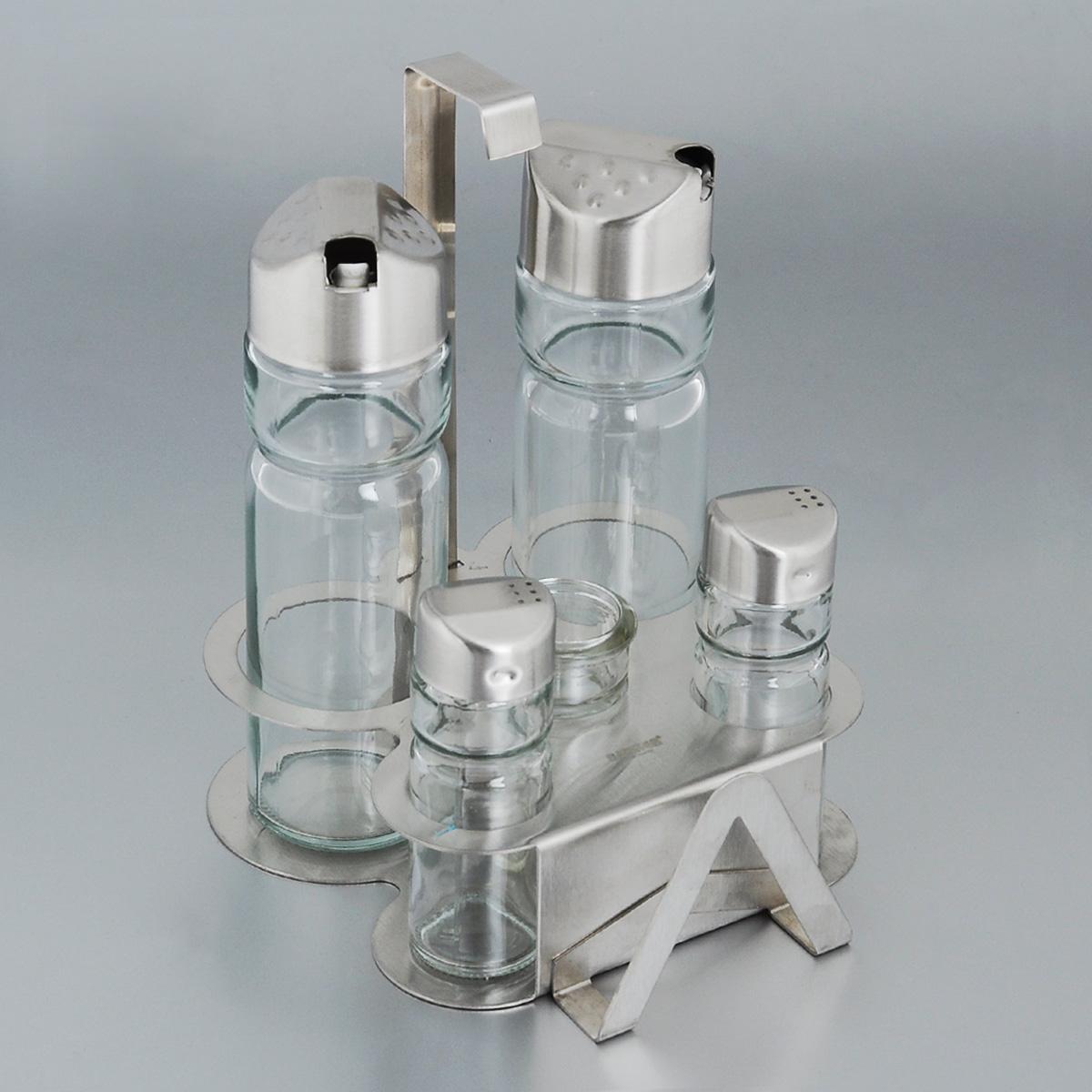 Набор для специй Bekker, 6 предметов. BK-3100 (24)BK-3100 (24)Набор для специй Bekker состоит из солонки, перечницы, двух дозаторов для масла и уксуса, емкости для зубочисток и подставки. Емкости выполнены из стекла и оснащены металлическими крышками. В комплекте имеется подставка из нержавеющей стали с матовой полировкой. Подставка оснащена специальными выемками для емкостей и салфетницей. Такой набор стильно украсит кухонный стол, а благодаря качеству материалов и высококлассной обработке прослужит долгие годы. Высота солонки/перечницы: 9 см. Диаметр солонки/перечницы: 3 см. Высота емкости для зубочисток: 6 см. Диаметр емкости для зубочисток: 3 см. Высота дозаторов: 16 см. Диаметр дозаторов: 5 см. Размер подставки (ДхШхВ): 14,5 см х 14 см х 18 см.
