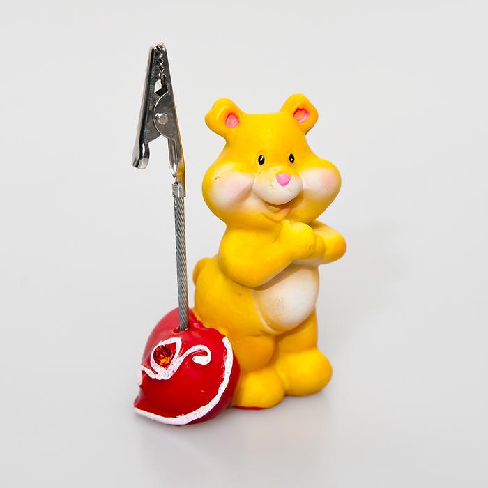 Статуэтка декоративная Home Queen Влюбленный мишка, с держателем для карточек, цвет: красный, оранжевый60409Очаровательная статуэтка Home Queen Влюбленный мишка станет оригинальным подарком для всех любителей стильных вещей. Она выполнена из полирезины в виде мишки с сердечком. Статуэтка оснащена металлическим держателем для карточек. Изысканный сувенир станет прекрасным дополнением к интерьеру. Вы можете поставить статуэтку в любом месте, где она будет удачно смотреться, и радовать глаз.