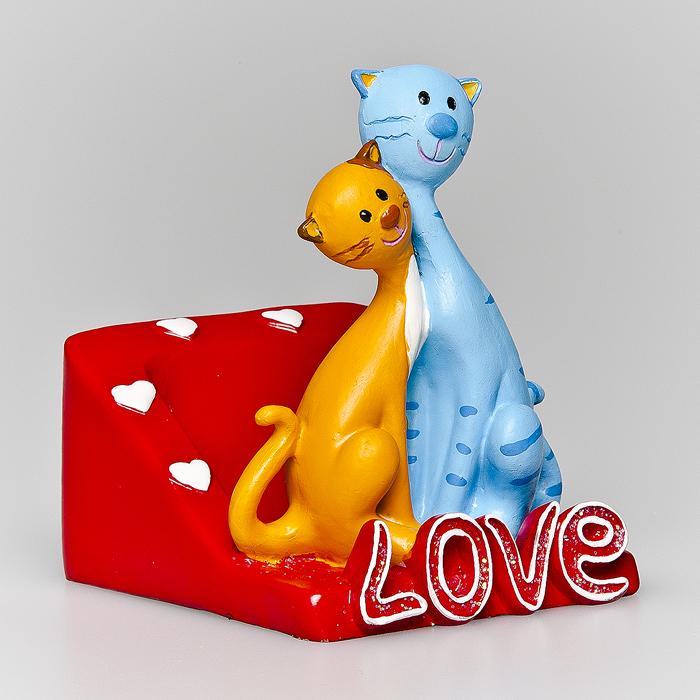 Статуэтка декоративная Home Queen Коты, с подставкой для телефона, цвет: красный, голубой64073Очаровательная статуэтка Home Queen Коты станет оригинальным подарком для всех любителей стильных вещей. Она выполнена из полирезины в виде кошки и кота и имеет удобную поставку под телефон. Изысканный сувенир станет прекрасным дополнением к интерьеру. Вы можете поставить статуэтку в любом месте, где она будет удачно смотреться, и радовать глаз.
