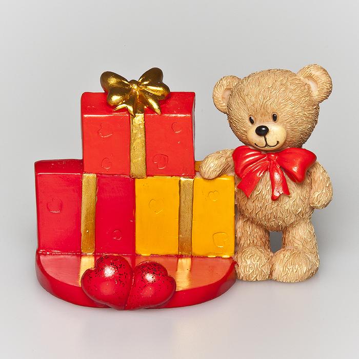 Статуэтка декоративная Home Queen Мишка, с подставкой для телефона, цвет: красный64082Очаровательная статуэтка Home Queen Мишка станет оригинальным подарком для всех любителей стильных вещей. Она выполнена из полирезины в виде мишки и имеет удобную поставку под телефон. Изысканный сувенир станет прекрасным дополнением к интерьеру. Вы можете поставить статуэтку в любом месте, где она будет удачно смотреться, и радовать глаз.