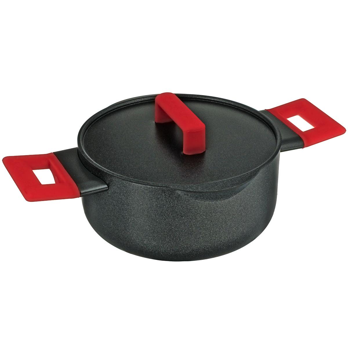Кастрюля Esprado Fuego с крышкой, с антипригарным покрытием, 2,5 лFUET20AE101Кастрюля Esprado Fuego изготовлена из алюминия с внутренним антипригарным покрытием Teflon Platinum. Не содержит примеси PFOA, поэтому абсолютно безопасао для здоровья и окружающей среды. Дизайн дополнен носиками для слива - с ними легко избавиться от лишней жидкости или масла. Изделие имеет эмалевое внешнее покрытие на основе частиц кремния. Цветные ручки выполнены из жаропрочного силикона. Покрытие Teflon Platinum не боится использования металлических лопаток, что позволит хозяйке думать только о главном, не отвлекаясь на мелочи. Изделие имеет классическую форму и высокие бортики, что идеально подходит для тушения и томления овощей, мяса, плова и т.д. Разработчики коллекции Fuego предложили посуду, которая идеально подойдет как для приготовления на плите, так и в духовом шкафу (при температуре до 260°С). Подходит для газовых, электрических, галогеновых, стеклокерамических плит. Не подходит для индукционных плит. Можно мыть в...
