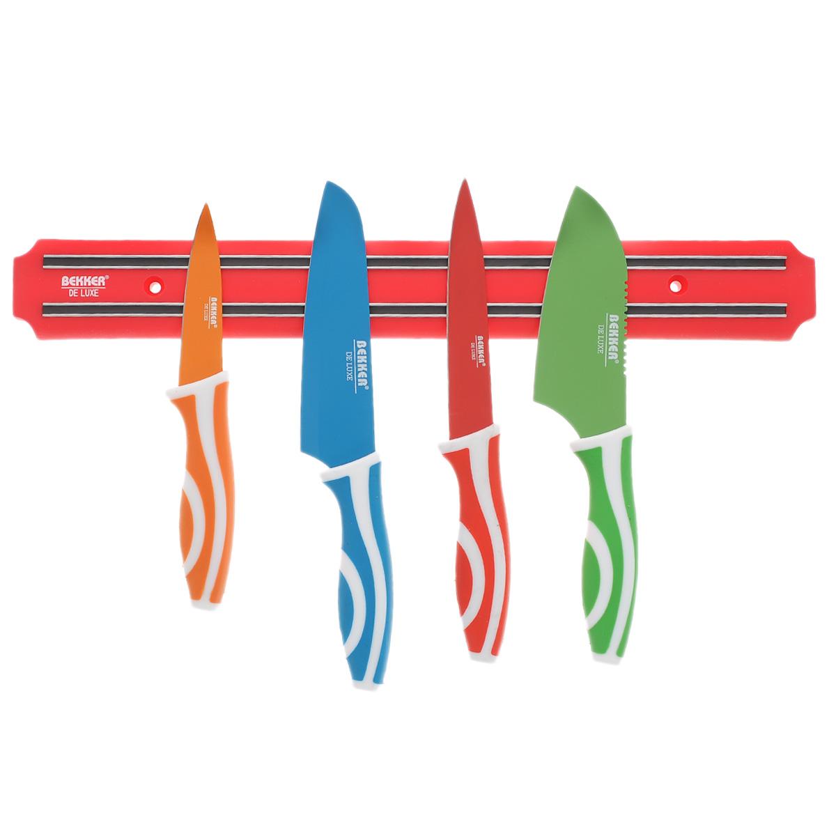 Набор ножей Bekker, 5 предметовBK-8429Набор ножей Bekker включает: нож Сантоку, нож поварской, нож универсальный, нож для чистки, магнитный держатель для ножей. Лезвия ножей изготовлены из высококачественной нержавеющей стали с цветным покрытием Xynflon, ручки изготовлены из пищевого пластика. Ножи удобно размещаются и крепко держатся на магните. Магнит укомплектован креплением для навешиванием на стену. Такой набор не оставит равнодушной ни одну хозяйку. Длина ножа Сантоку: 23 см. Длина лезвия ножа Сантоку: 12,2 см. Длина поварского ножа: 24,5 см. Длина лезвия поварского ножа: 13,6 см. Длина универсального ножа: 23,2 см. Длина лезвия универсального ножа: 12,5 см. Длина ножа для чистки: 19,5 см. Длина лезвия ножа для чистки: 8,5 см. Размер магнитного держателя: 38 см х 5 см х 1,2 см.