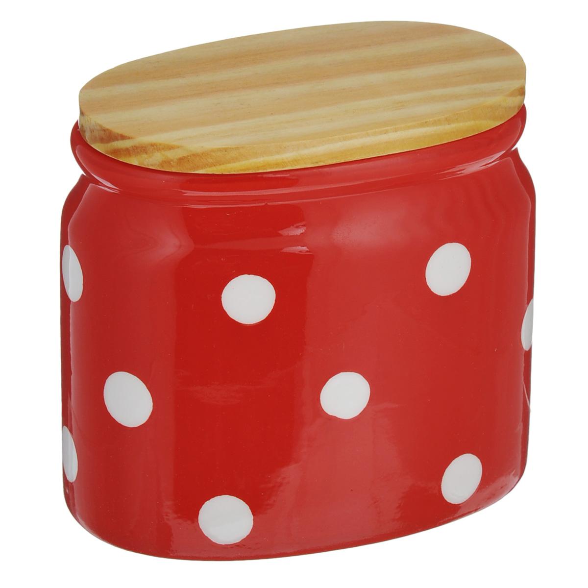 Банка для сыпучих продуктов Lillo, цвет: красный, 430 млYM 8735Банка для сыпучих продуктов Lillo изготовлена из высококачественной керамики. Банка декорирована принтом в горох и оснащена деревянной крышкой. Изделие предназначено для хранения различных сыпучих продуктов: круп, чая, сахара, орехов и многого другого. Функциональная и вместительная, такая банка станет незаменимым аксессуаром на любой кухне. Можно мыть в посудомоечной машине. Деревянную крышку рекомендуется мыть вручную.