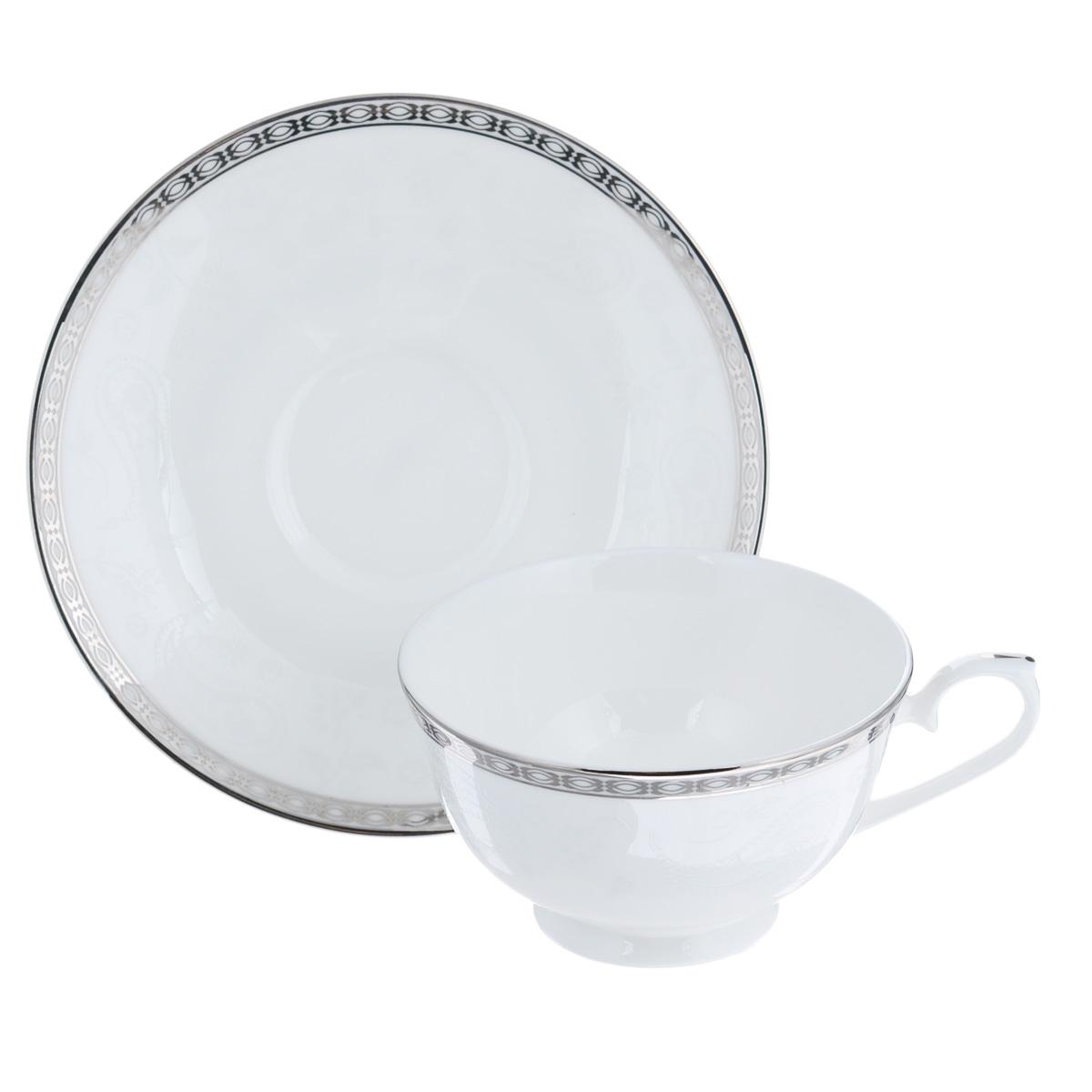 Пара чайная Esprado Arista White, 2 предметаAW10B20E303Набор Esprado Arista White состоит из чашки и блюдца, выполненных из костяного фарфора. Основная составляющая костяного фарфора - костная зола и каолин. От содержания костной золы зависит белизна и прозрачность фарфора, который может содержать до 50% костяной золы. Родина костной золы, из которой производится посуда Esprado, - Великобритания, славящаяся сырьем высокого качества. Каолин, белая глина на основе природного минерала, поступает из Новой Зеландии, одного из наиболее экологически чистых регионов мира. Такое сочетание обеспечивает высокое качество материала и безупречный оттенок слоновой кости. В костяном фарфоре отсутствуют примеси кадмия и свинца, а потому он абсолютно нетоксичен и безопасен. Экологическая глазурь из Японии, высоко ценящаяся во всем мире, которой покрывается готовое изделие, позволяет добиться идеально ровного цвета и кристального блеска. Изделия серии Arista White украшены платиновой деколью. Посуда имеет классическую форму с бортиками....